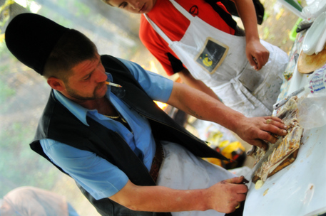 בחור מחבל ארץ בשם Ardeal מכין בשר כבש לצלייה בשוק הלחם (מסתבר שבשוק לחם יש עוד דברים מלבד לחם)